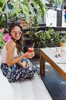 Una bella donna fa colazione in un elegante bar