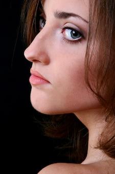 Una bella donna giovane e felice