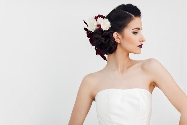 Una bella giovane sposa in posa