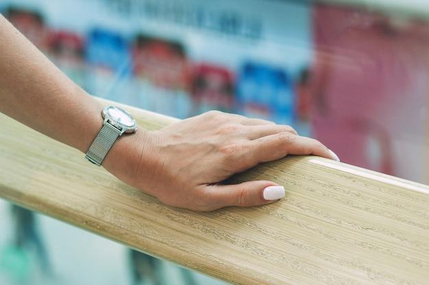 Una bella mano femminile tiene sul corrimano nel centro commerciale