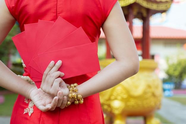Una bella ragazza asiatica che indossa un abito rosso