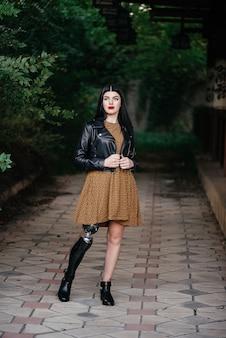 Una bella ragazza è disabilitata con una protesi su una gamba.