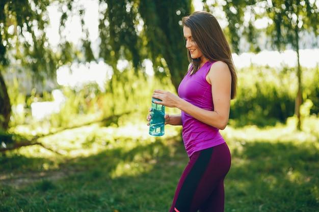 Una bella ragazza è impegnata in ginnastica mattutina nel parco.