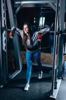 Una bella ragazza fitness.