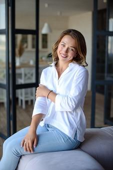 Una bella ragazza in una camicia bianca