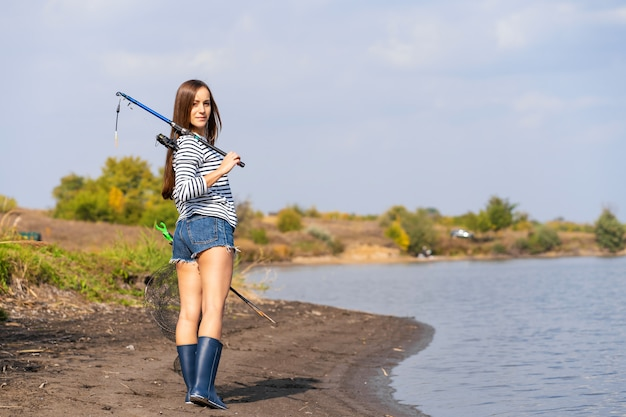 Una bella ragazza va a pescare