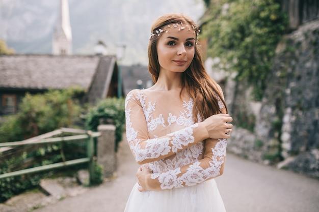 Una bella sposa cammina in una fata cittadina austriaca, hallstatt.