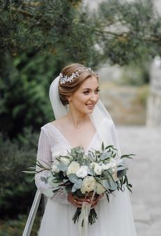 Una bella sposa che indossa un abito da sposa