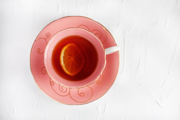 Una bella tazza di tè e piattino. il concetto di bevande e cibo.
