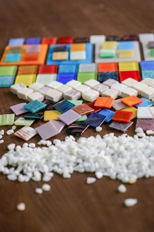 Una bella tessere di mosaico colorate sono ordinate sul tavolo