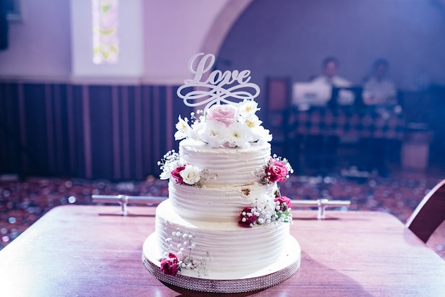 Una bella torta con la parola amore