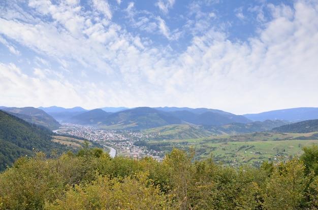 Una bella vista del villaggio di mezhgorye, regione dei carpazi