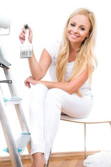 Una bellissima giovane donna che dipinge