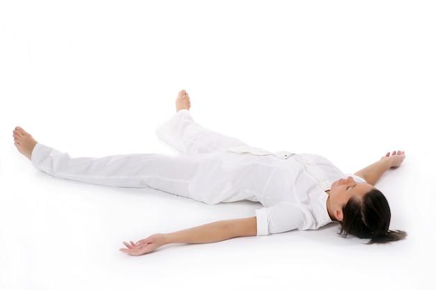 Una bellissima giovane donna in posa yoga