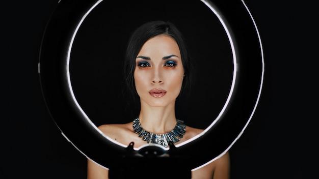 Una bellissima giovane ragazza caucasica con un bel make-up