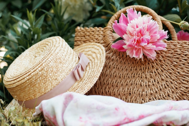Una borsa da picnic e un cappello di paglia, il concetto di pic-nic estivi da donna