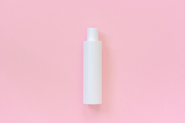 Una bottiglia cosmetica in plastica bianca vuota per shampoo, crema, crema e altri prodotti cosmetici