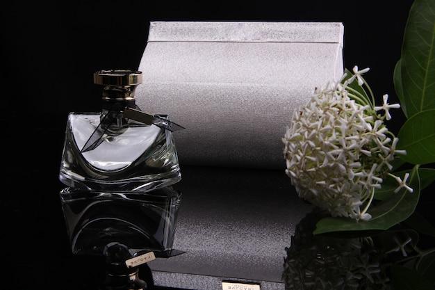 Una bottiglia di profumo con uno sfondo nero