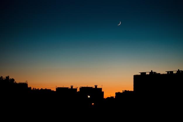 Una calda serata estiva in città.