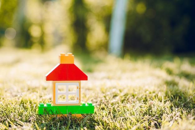 Una casa giocattolo del ragazzino nel giardino estivo.