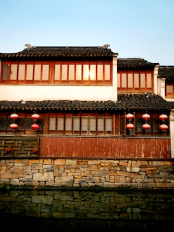 Una casa tradizionale del canale del cinese che prende il sole verso la fine del sole di pomeriggio, suzhou, cina.