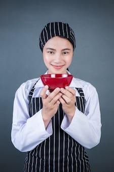 Una casalinga in possesso di un piatto vuoto con il cibo