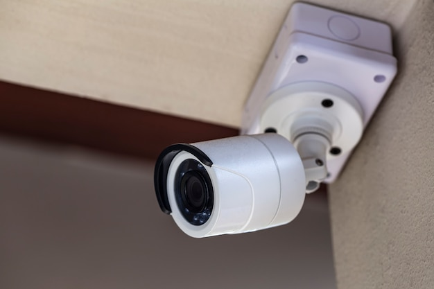 Una cctv bianca in una casa a tema bianca per la sicurezza dal vivo.