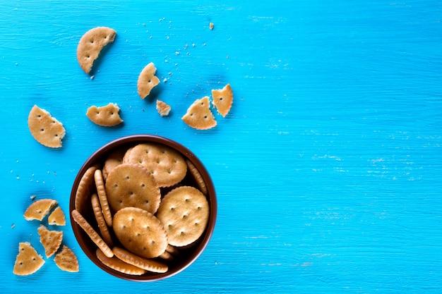Una ciotola con cracker croccanti