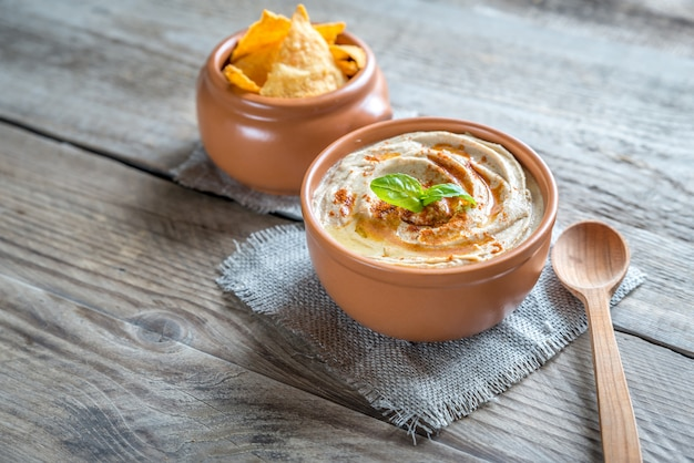 Una ciotola di hummus con patatine di mais
