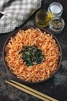 Una ciotola di spaghetti di pomodoro. cibo sano colorato in stile piatto disteso