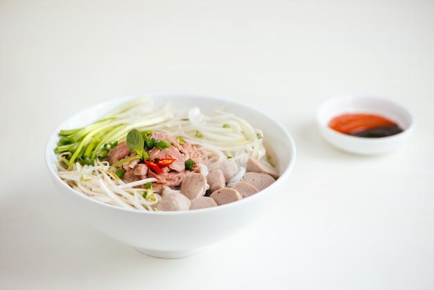 Una ciotola di tagliatella vietnamita tradizionale di pho