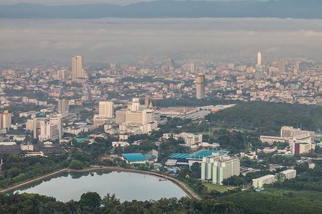 Una città in tailandia è coperta di nebbia al mattino