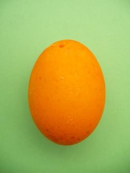 Una colorata uova di pasqua dipinte