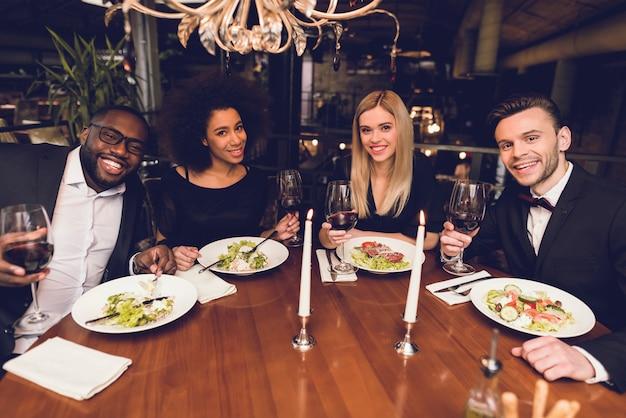 Una compagnia di giovani ha ordinato cibo in un ristorante.