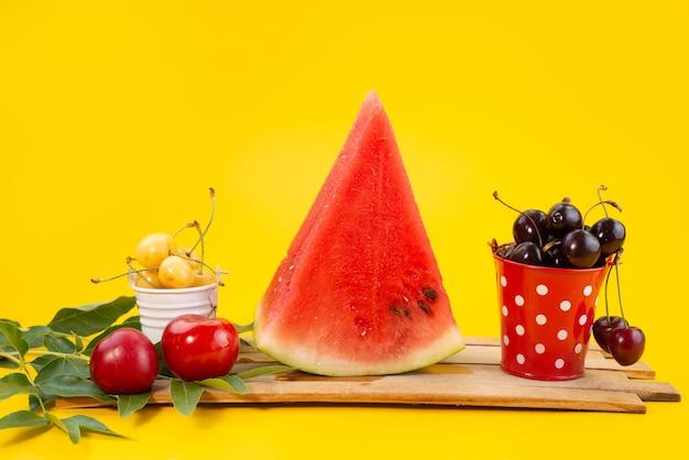 Una composizione di fiori freschi di vista frontale colorata e pastosa sulla vitamina di frutta in legno di colore