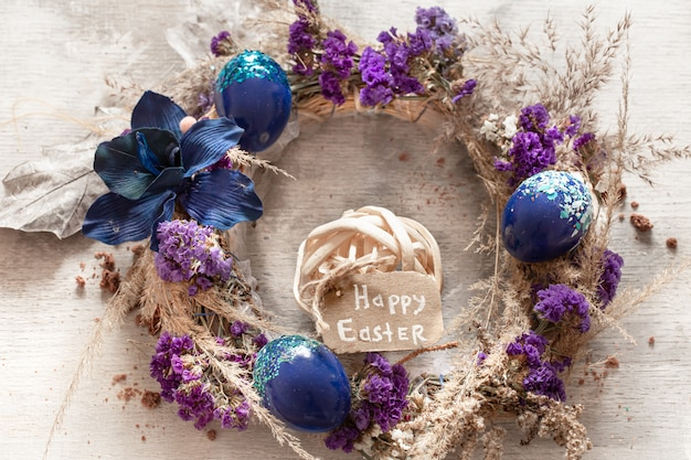 Una composizione elegante con la corona di pasqua e le uova