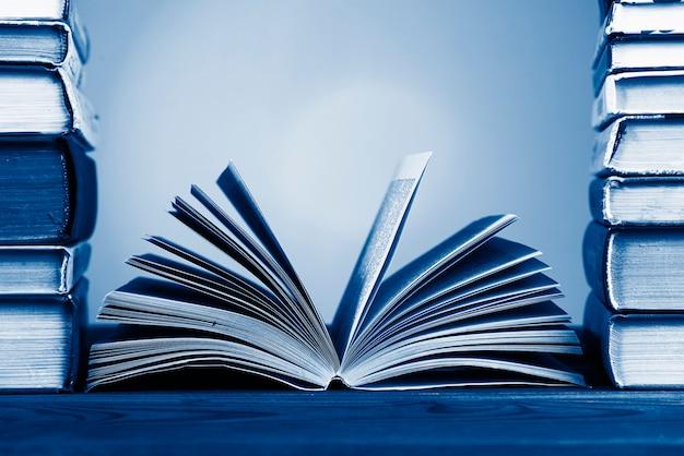 Una composizione semplice da molti libri con copertina rigida, tinta nel classico colore blu