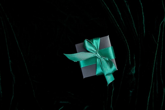 Una confezione regalo nera di lusso con nastro color smeraldo