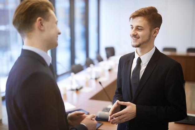 Una conversazione di due giovani imprenditori