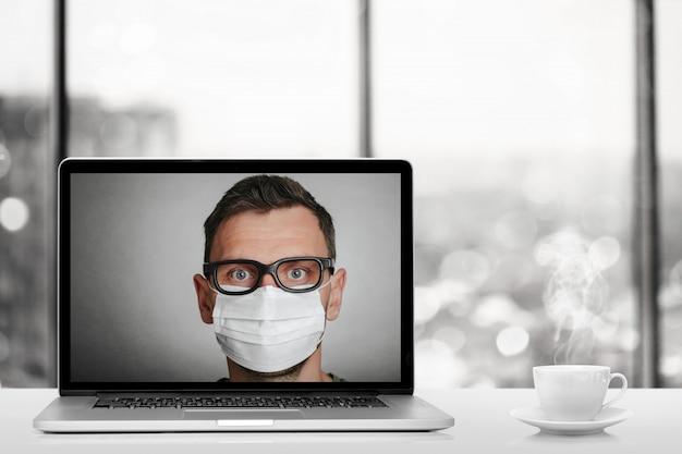 Una conversazione online tramite computer portatile a casa