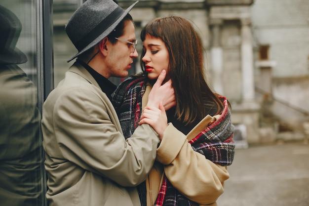 Una coppia alla moda in una città cupa