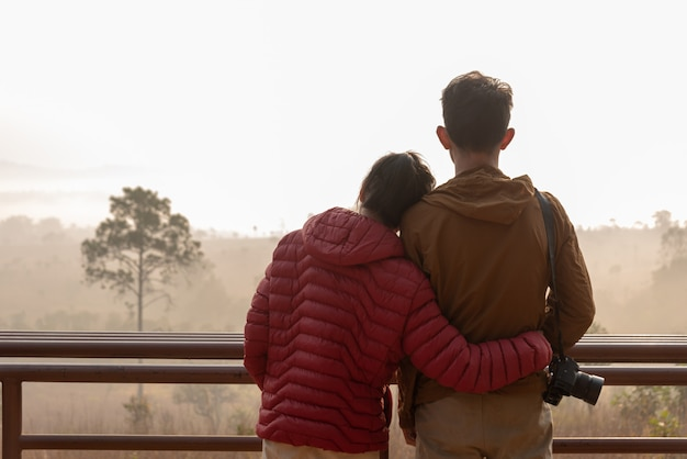 Una coppia ammira la natura mentre l'alba