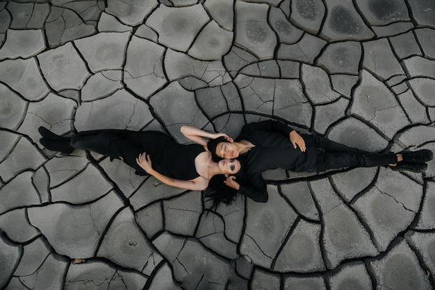 Una coppia asiatica in amore abbraccia mentre giaceva a terra.