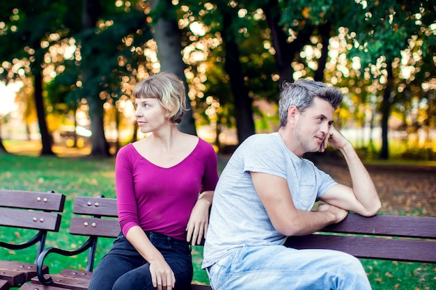 Una coppia che discute mentre era seduto sulla panchina nel parco. problemi nelle relazioni.