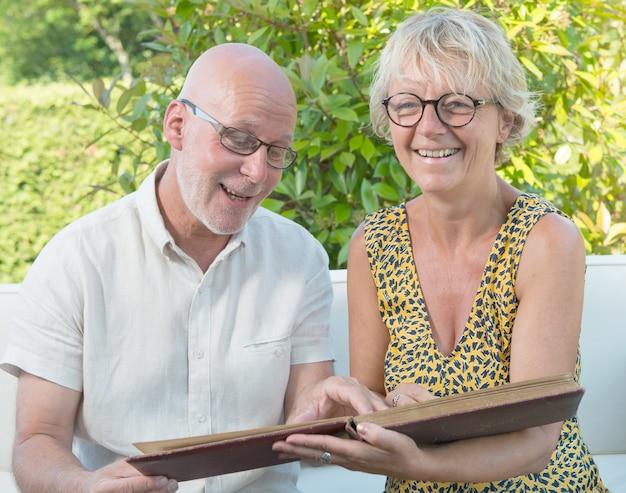 Una coppia che guarda un album fotografico