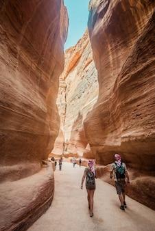 Una coppia che stava viaggiando per petra, giordania.