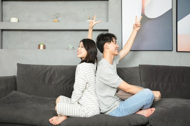Una coppia cinese si riposò sul divano.