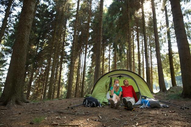 Una coppia di escursionisti riposa in tenda