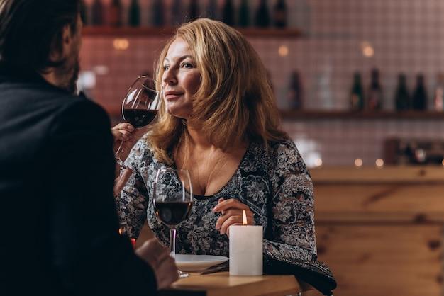 Una coppia di mezza età ha una serata romantica in un ristorante.