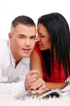 Una coppia felice giovane e attraente